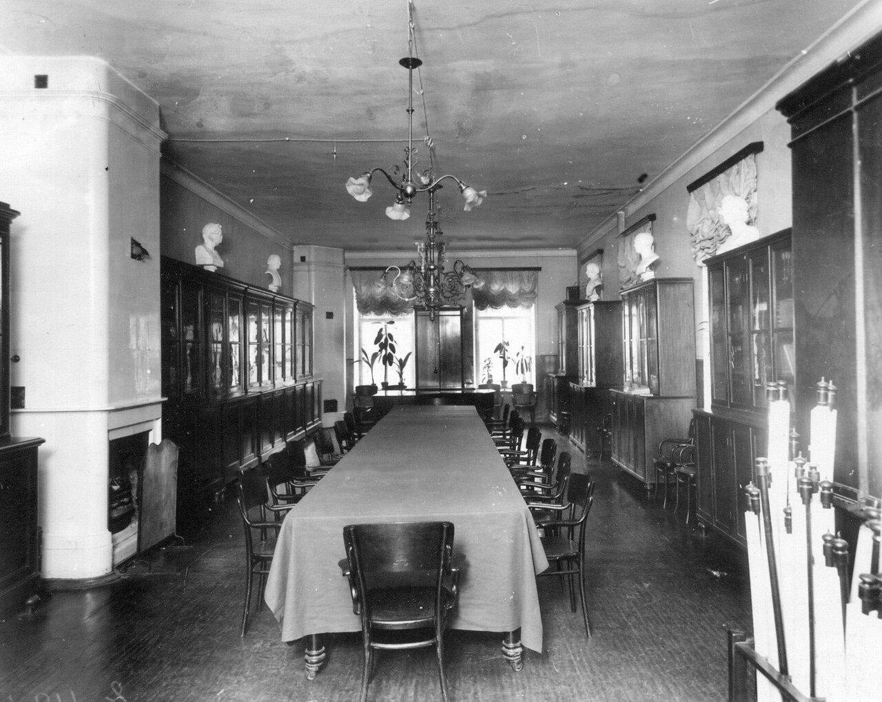 08. Вид учительской комнаты в училище. До 1914