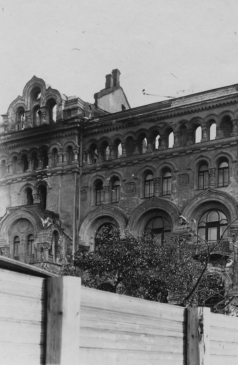 Пожар театра Буфф (б. Панаевский), 23 сентября 1917 г. 01. Часть бокового фасада дома 6-2 со стороны Азовского переулка после пожара