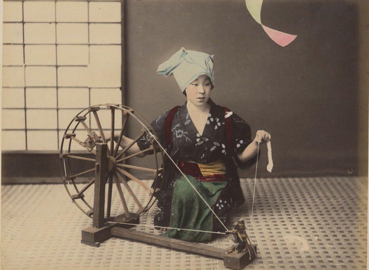 Женщина прядет шелк