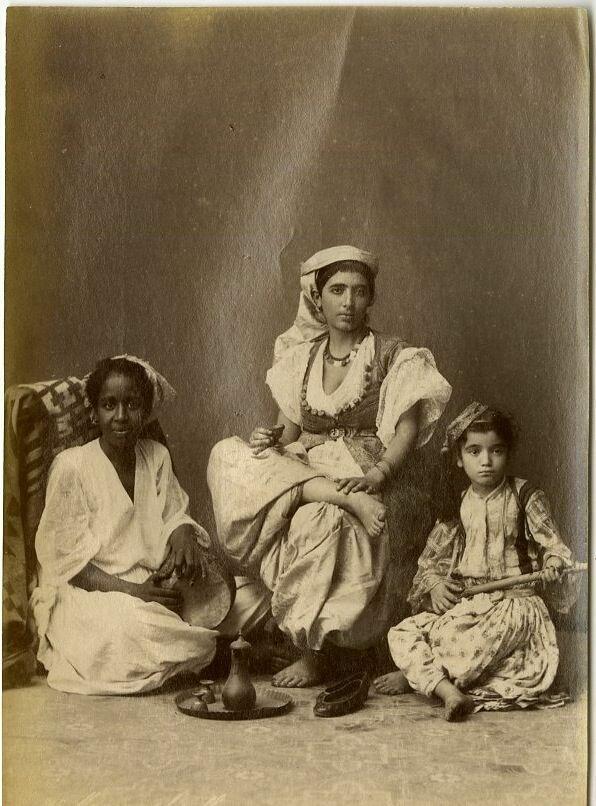 Тунис. Мавританские женщины с ребенком