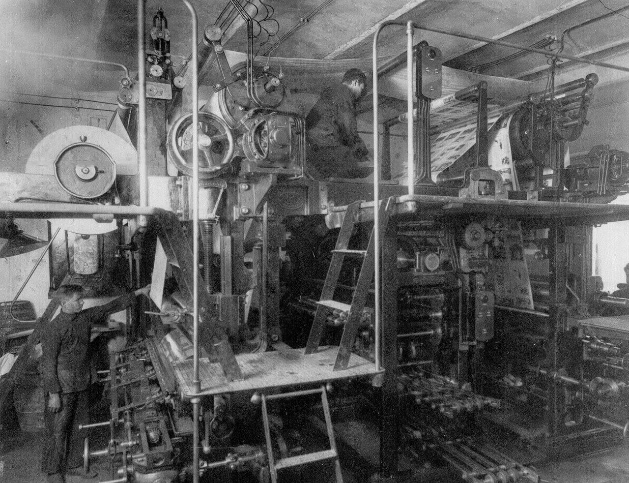 27. Мальчики-ученики у типографской машины в печатном цехе