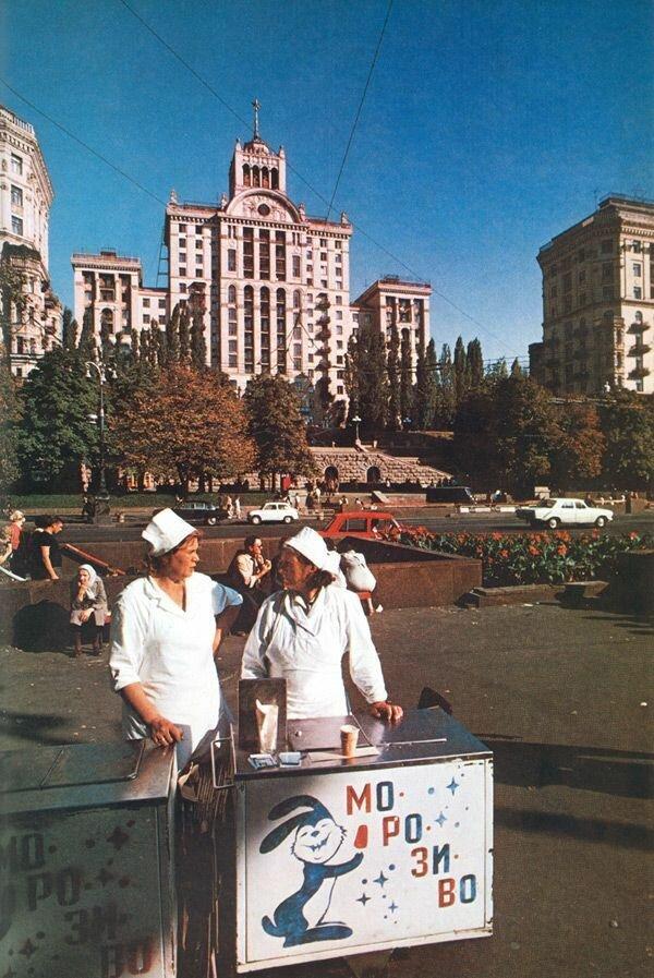 Мороженщицы на Крещатике, главной улице Киева