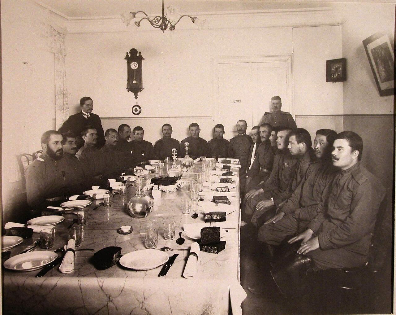 13. Группа нижних чинов, призреваемых в убежище, в столовой перед обедом