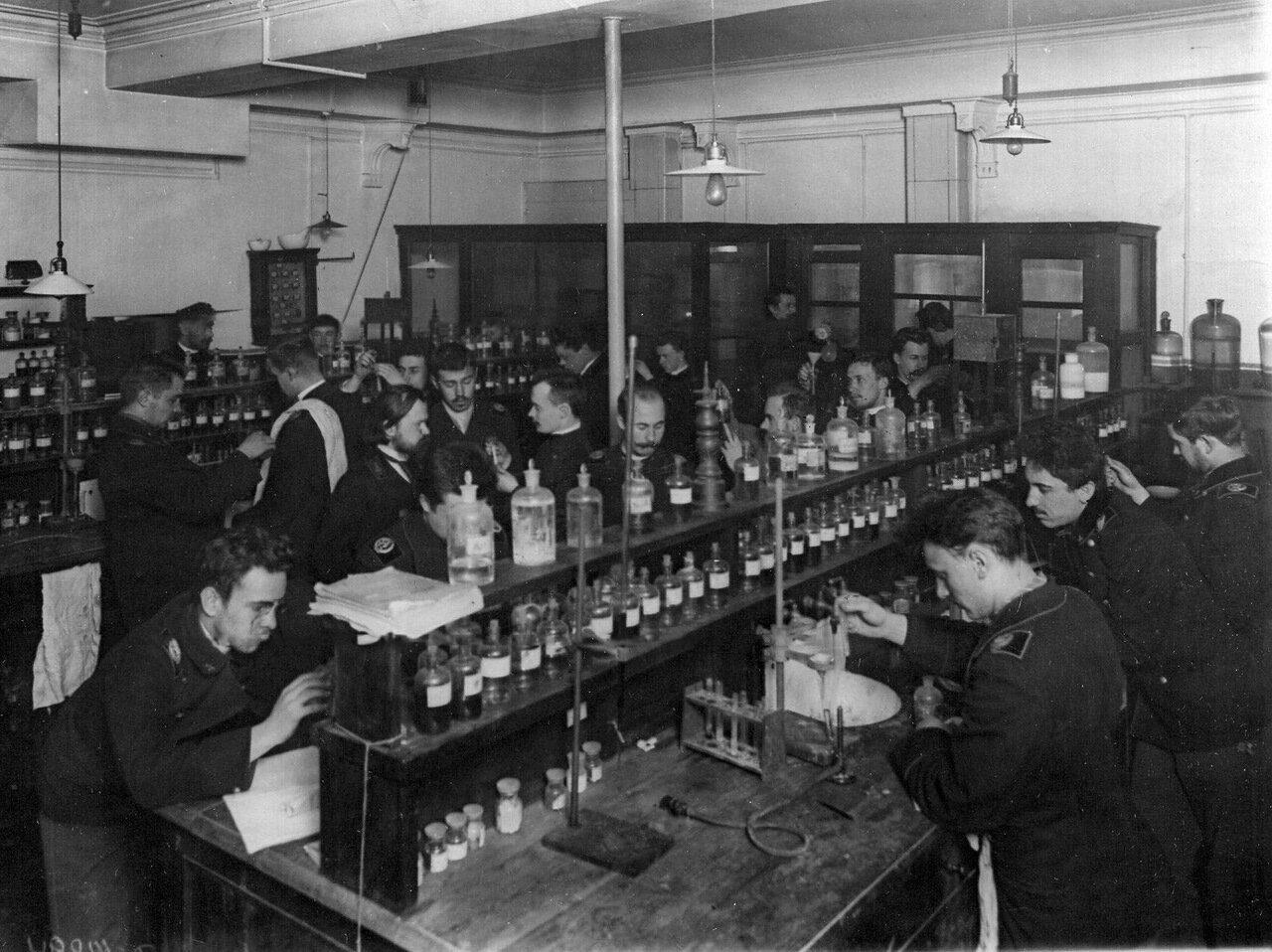 12. Группа студентов на занятиях в химической лаборатории