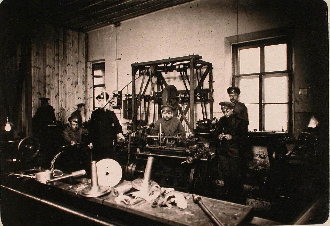 06. Группа нижних чинов в механической мастерской авиароты за работой.  Псков