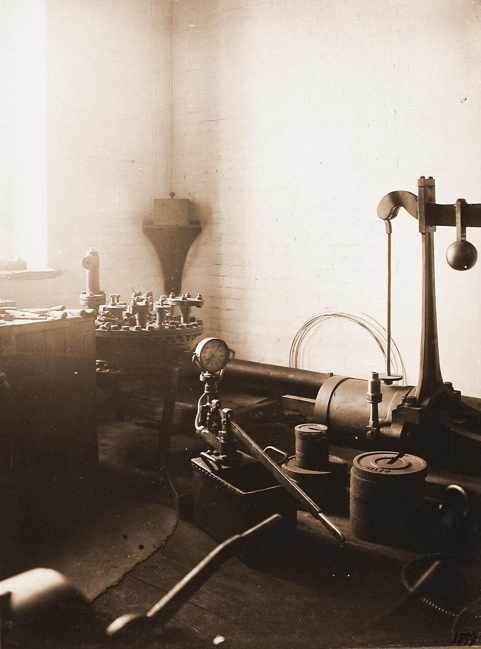 24. Вид измерительных стендов весов, прибора для измерения давления и других в одном из цехов мастерской