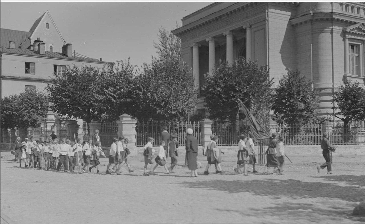 37.Большая Пироговская улица, бывшая гинекологическая клиника. Школьники