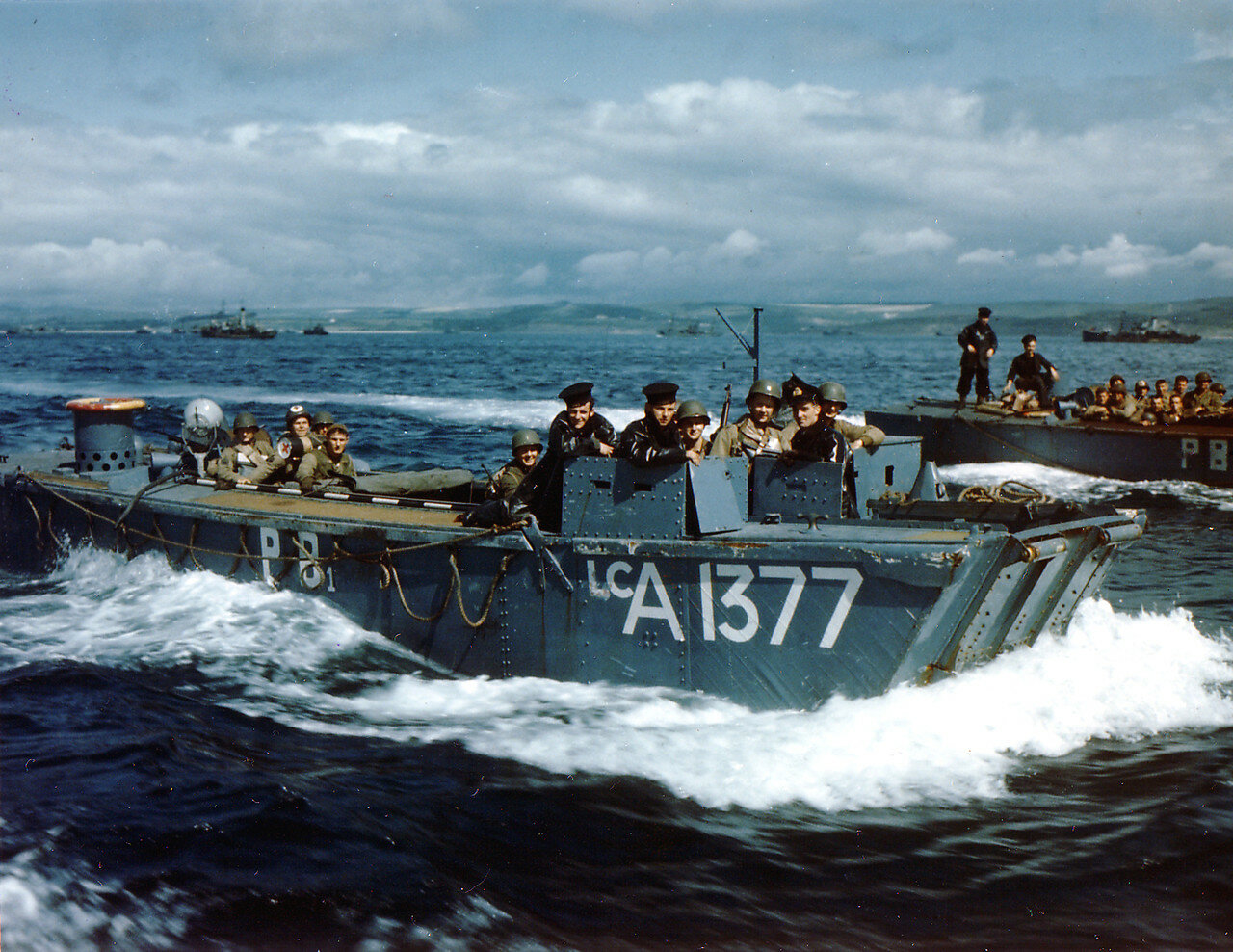 13. Операция Оверлорд. Английский десантный катер LCA доставляет войска на десантный корабль перед высадкой в Нормандии