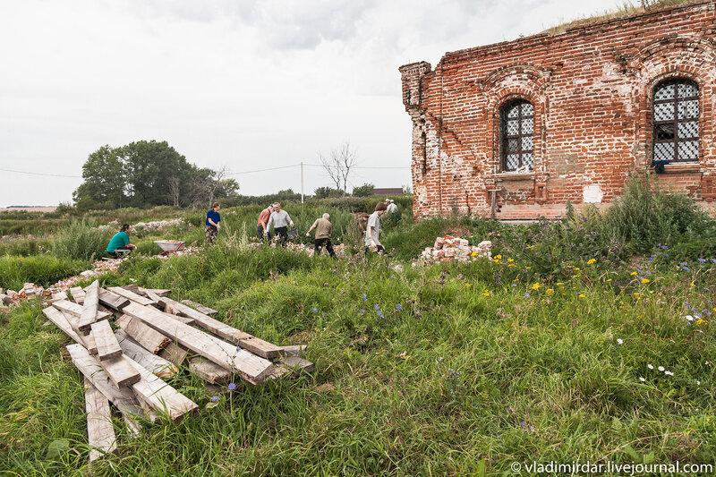 Работы по укреплению фундамента взорванной колокольни