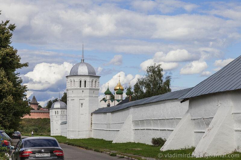 Башни крепостной стены Покровского монастыря. Суздаль.