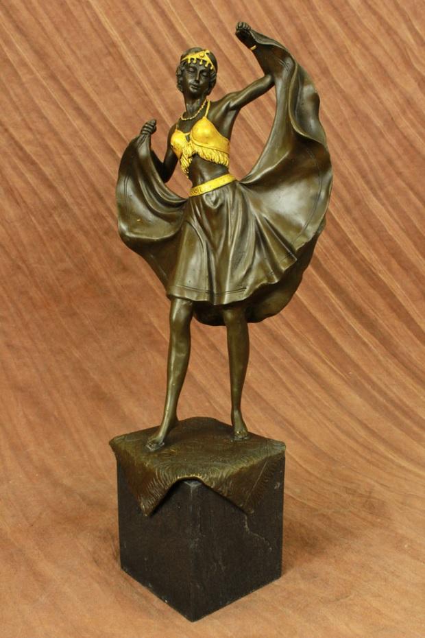 Изысканная танцовщица с приподнятой юбкой. Бронза. Франц Вальтер Бергманн (1898-1970
