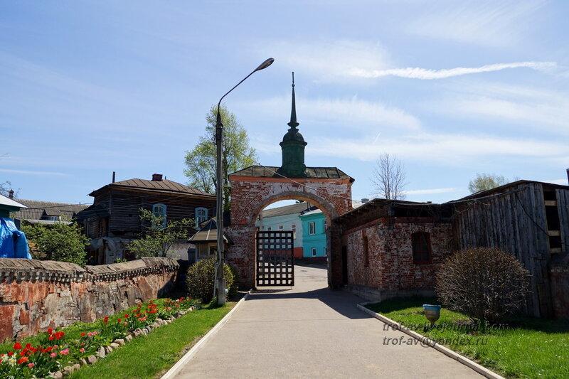 Входные ворота и часть стены изнутри, Можайский кремль