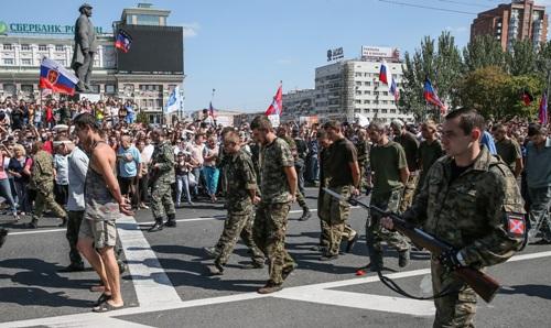 Пленных карателей ведут по Донецку