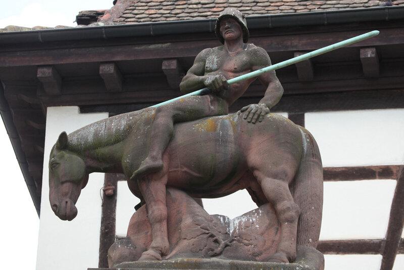 Мемориал павшим немецким солдатам в центре городка Нойштадт в земле Рейнланд-Пфальц