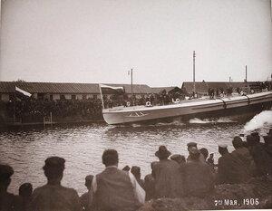 Рабочие Путиловского завода наблюдают спуск на воду минного крейсераМосквитянин.