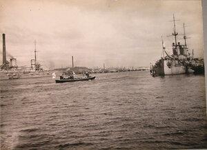 Император Николай II с группой морских офицеров подходит на катере к линейному кораблю «Севастополь» во время посещения и осмотра вновь построенных линейных кораблей