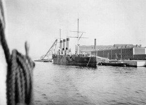 Крейсер Аврора на достройке у стенки Нового Адмиралтейства. Справа здание парусно-такелажной мастерской.