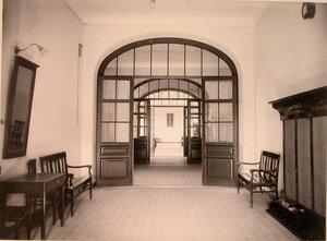 Вид части вестибюля и коридор в доме призрения для увечных воинов.