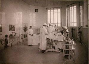 Группа врачей и сестер милосердия во время работы в операционной лазарета при Солдатенковской больнице.