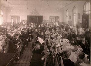 Раненые и медицинский персонал в палате лазарета,устроенного в Алексеевском Народном доме.