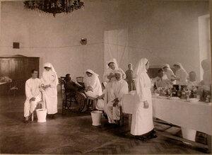 Медицинские сестры за перевязкой раненых в перевязочной лазарета,устроенного в помещении Дворянского клуба.