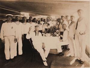 Команда судна во время обеда по случаю освящения плавучего госпиталя Орёл.