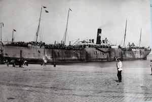Пароход  Havershan crance с эвакуируемыми на борту у причала порта.