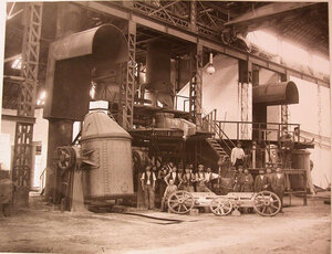 Рабочие у печей в сталелитейной мастерской общества..