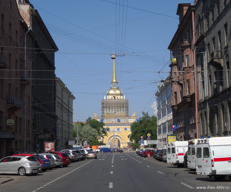 Пересекая Гороховую улицу я на секунду остановился чтобы сфотографировать Адмиралтейство.