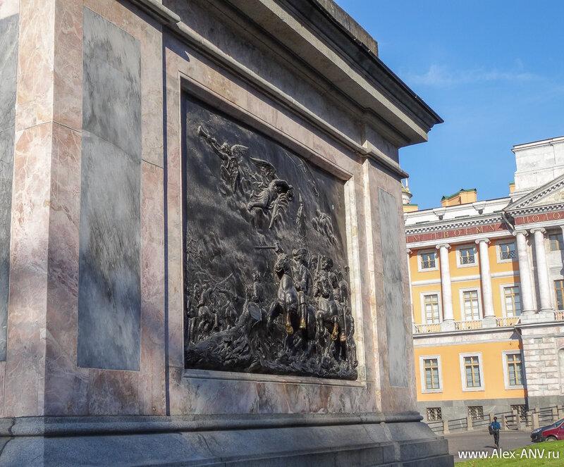 На пъедестале памятника укреплены два бронзовых барельефа