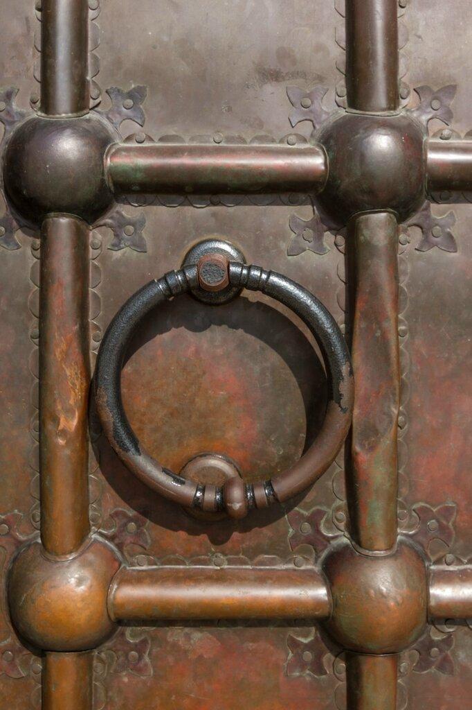 Деталь ворот Дмитриевского собора