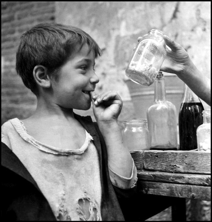 Италия, Неаполь, 1948 год - Мальчишка-оборванец, выпрашивающий еду у торговки