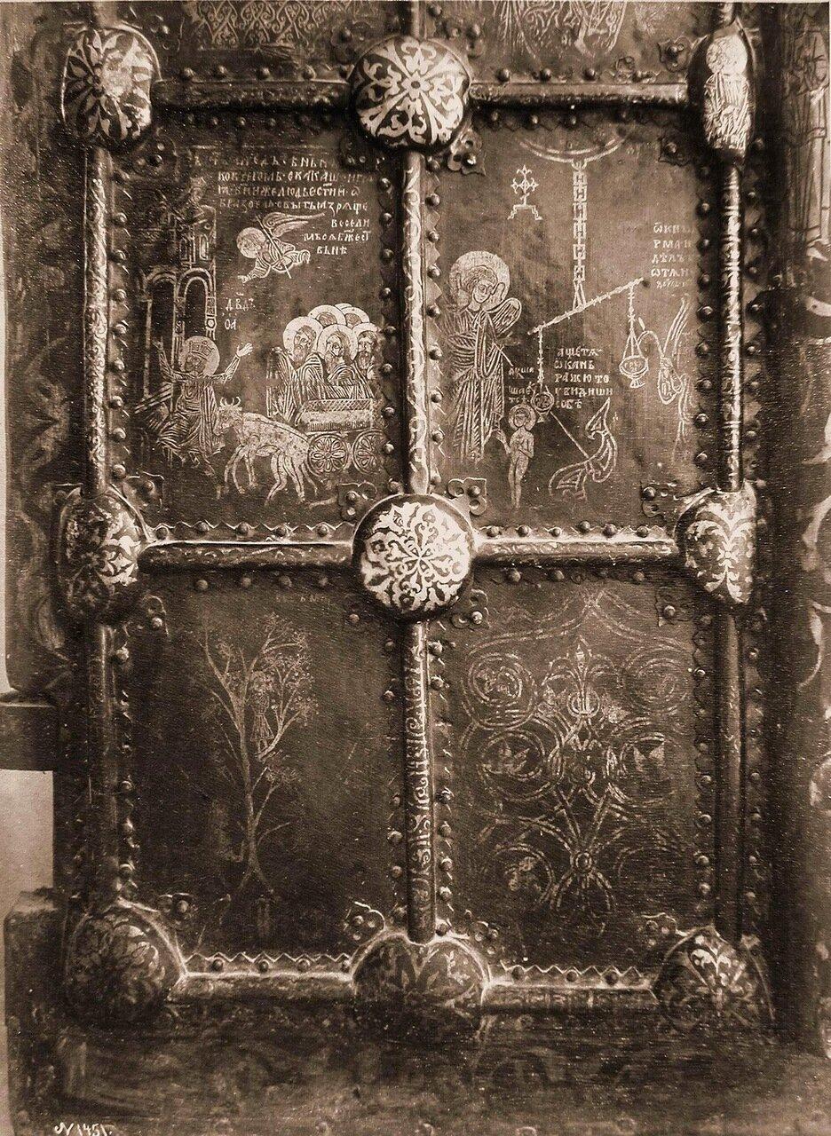 Вид части (деталь) Новгородских Васильевских дверей в соборе Св.Живоначальной Троицы