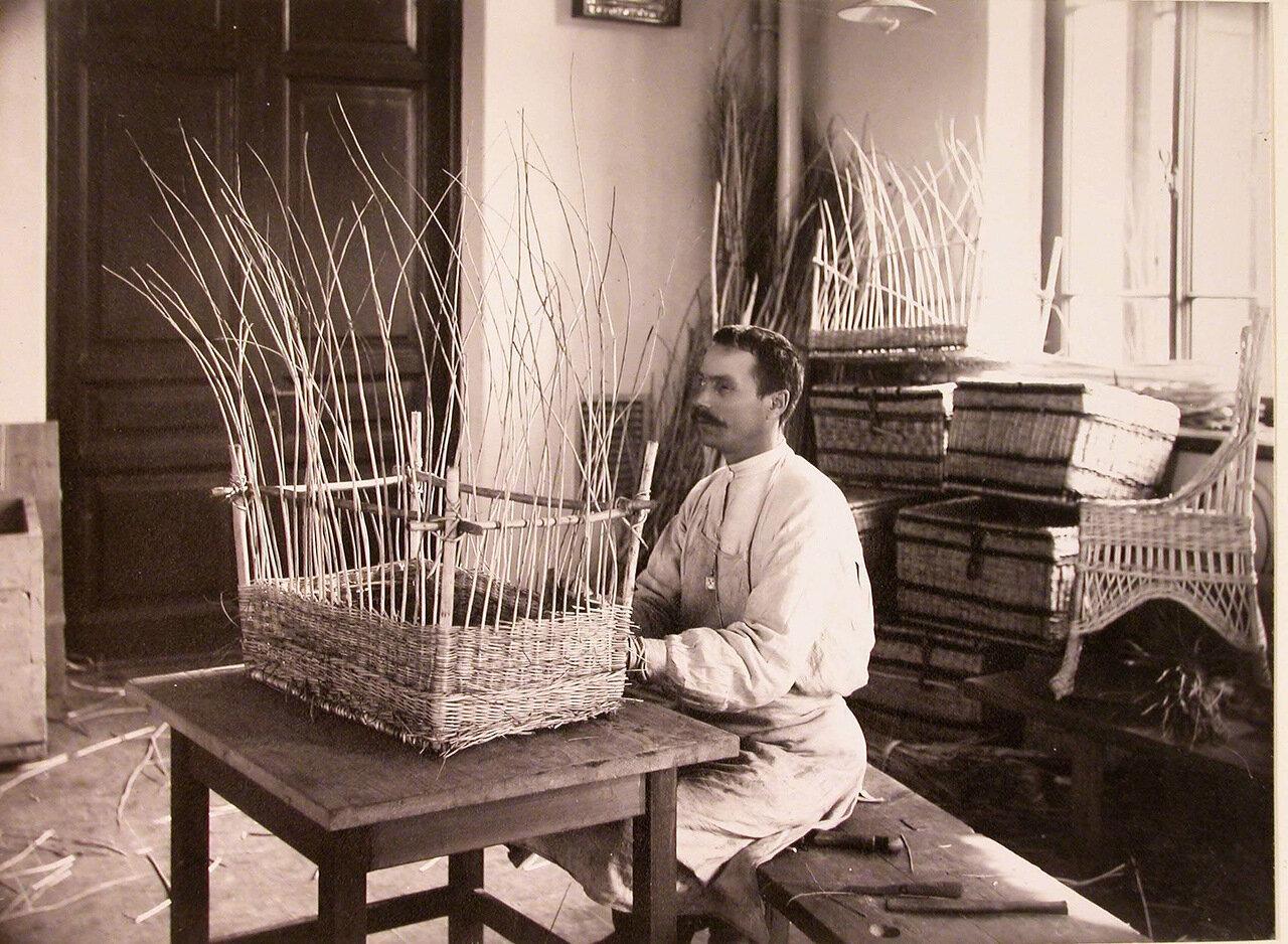 11. Солдат, потерявший зрение, за плетением корзины в доме призрения для увечных воинов
