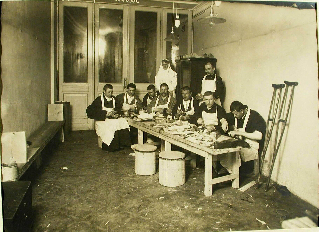 15. Группа выздоравливающих и сестра милосердия в сапожной мастерской лазарета