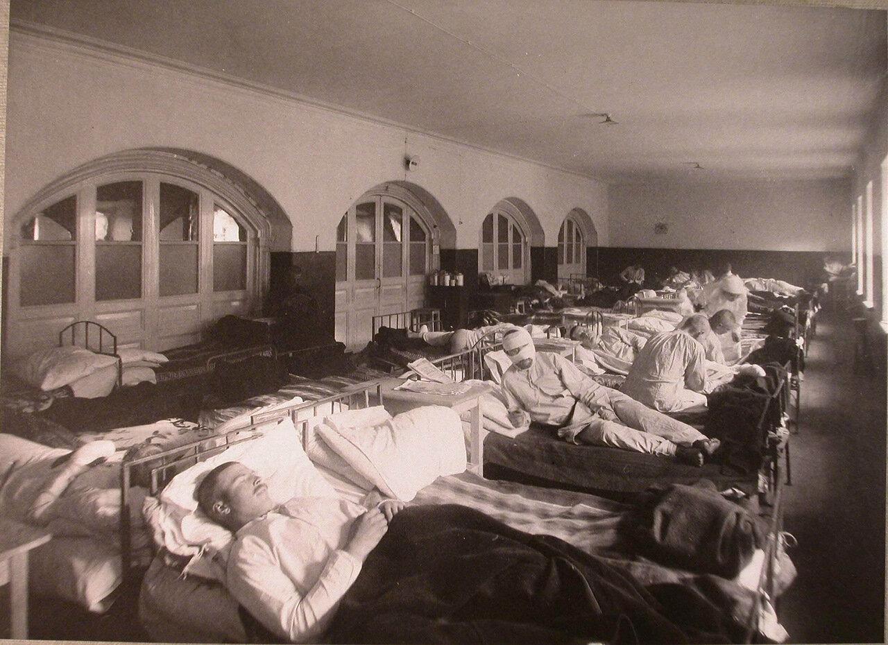 10. Раненые в палате распределительного госпиталя,устроенного в Покровской богадельне