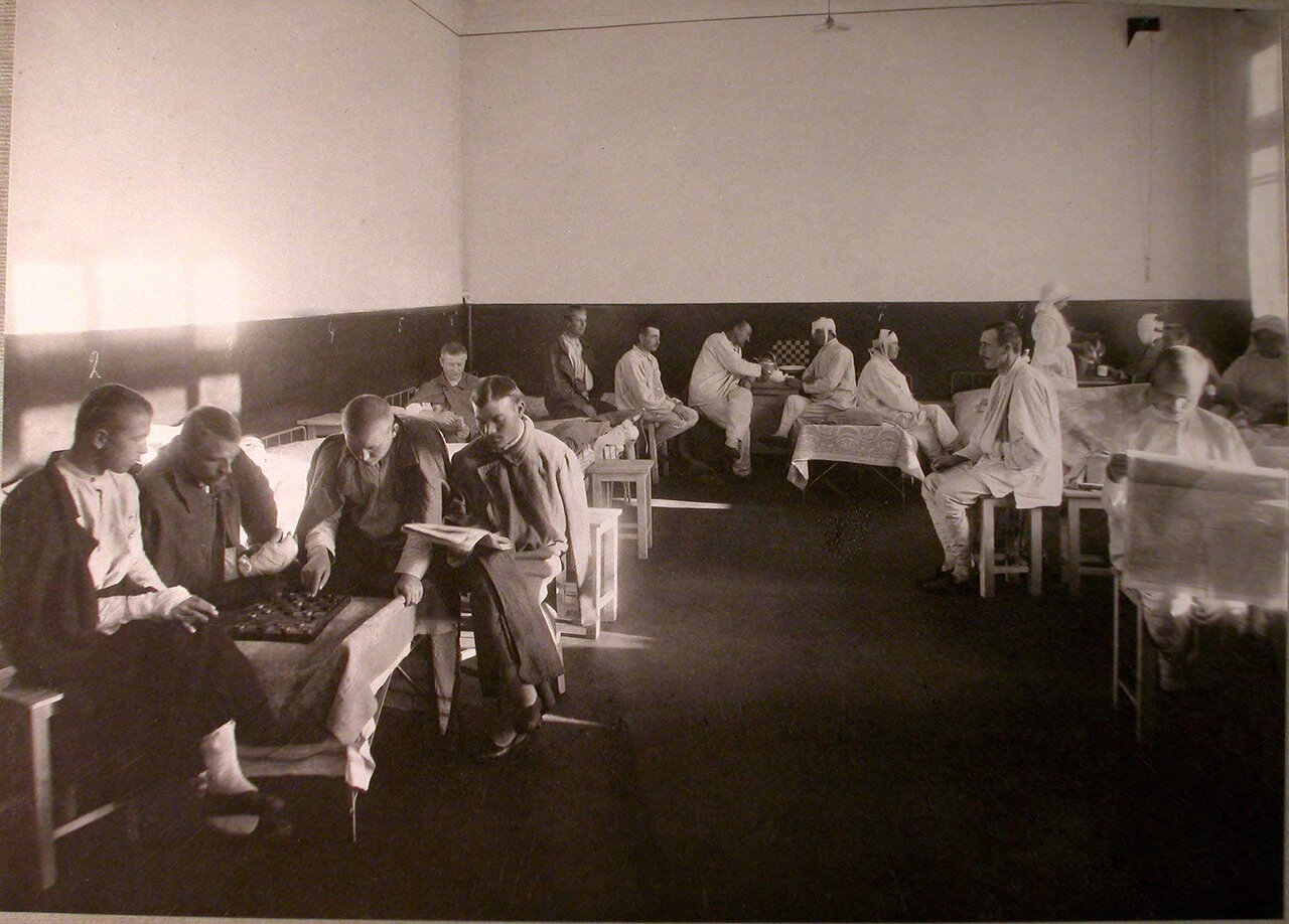 16. Раненые в палате лазарета,устроенного в Капцовском городском училище