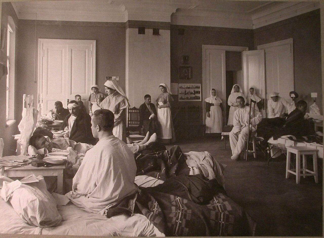 12. Сестры милосердия и раненые в палате лазарета Киевского полка