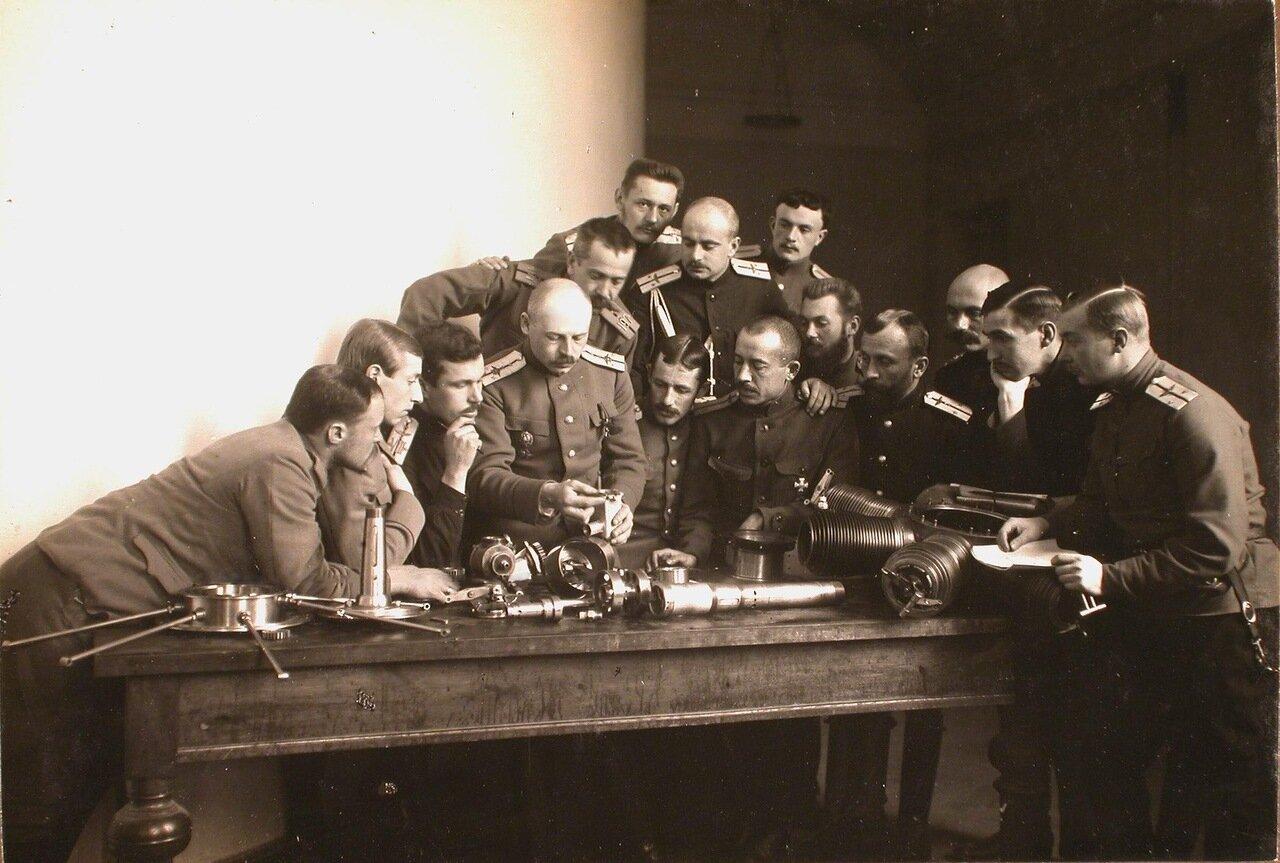 17. Группа слушателей школы во время практических занятий по сборке мотора