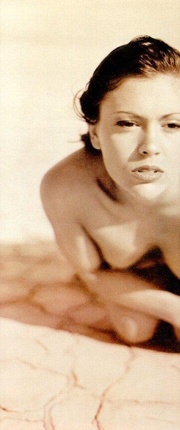 petite-naked-alyssa-milano-nude-paparazzi-sexo
