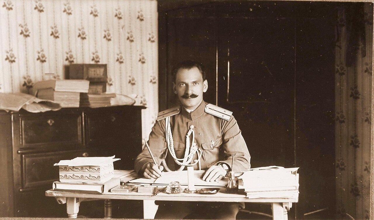 19. Один из офицеров штаба за работой в кабинете. Ковель. 1915