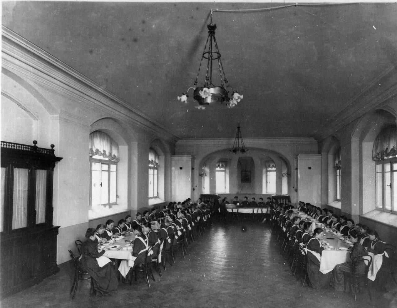 04. Воспитанницы в столовой за обедом