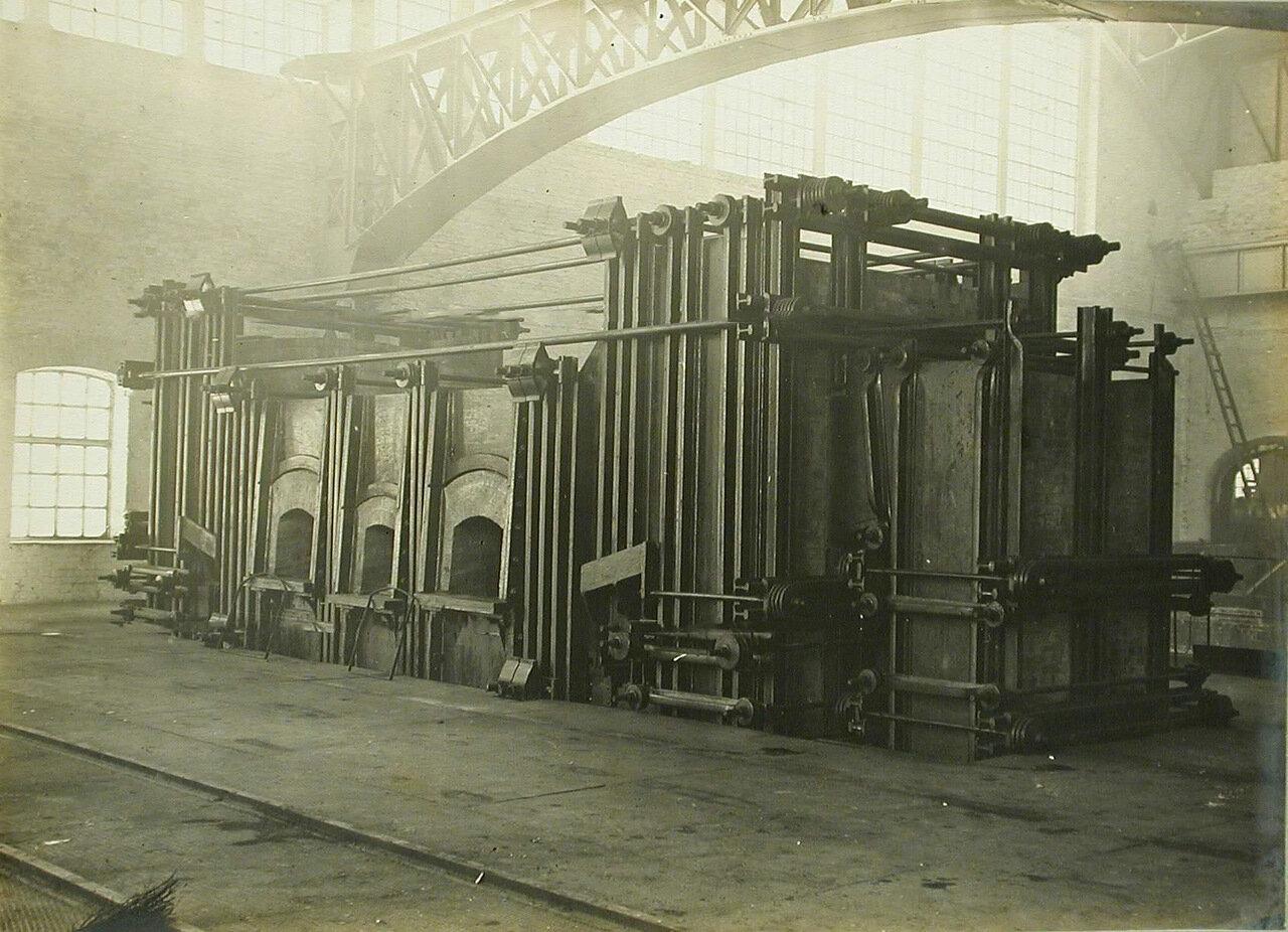 16. Общий вид электропечи, установленной в одном из цехов завода. 14 декабря 1909