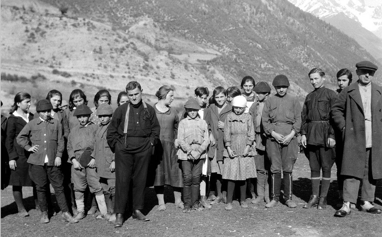 Группа школьников в Сванетии
