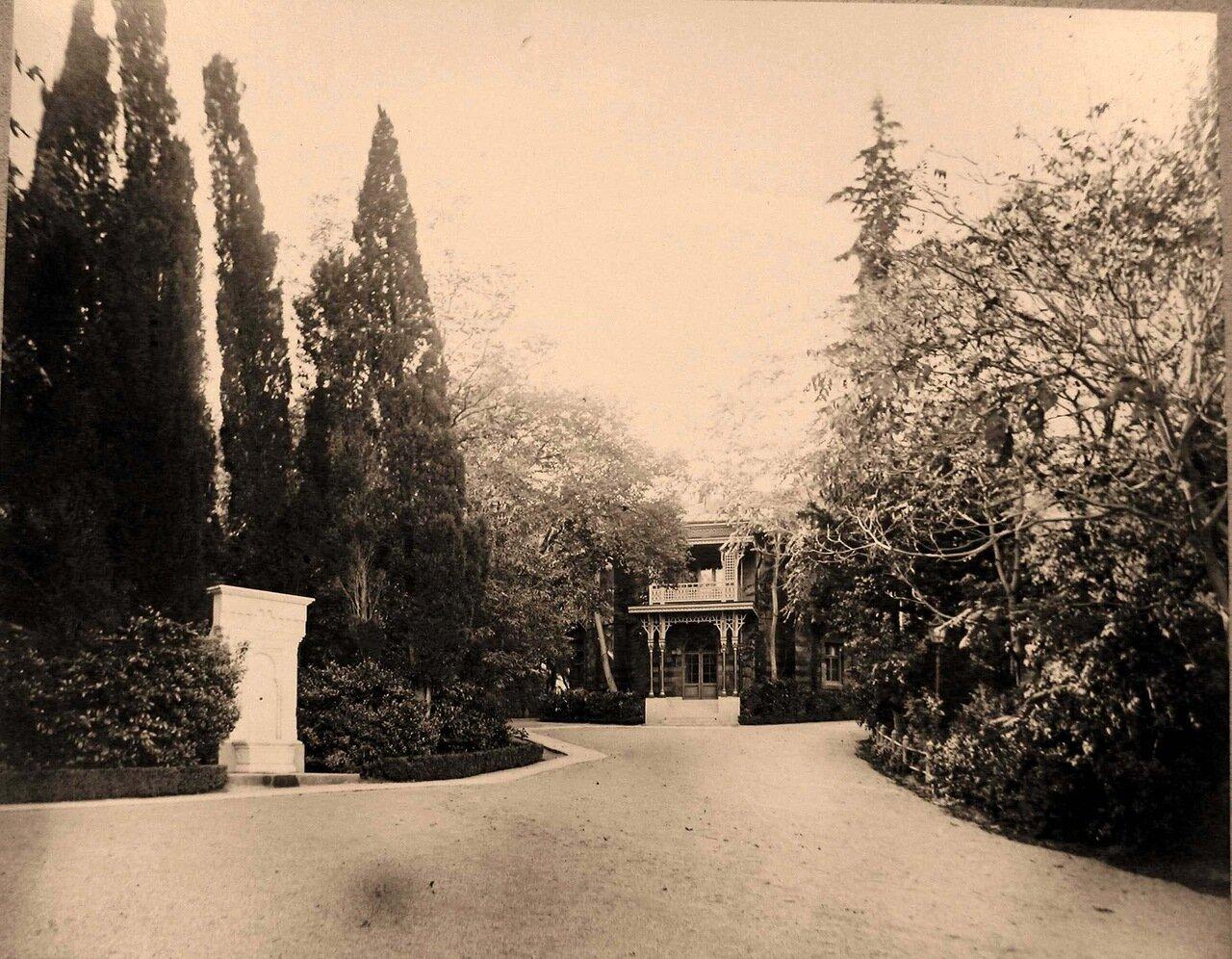 12. Ливадия. Вид фасада Свитского (Кавалерского) дома (архитектор И.А.Монигетти) и фонтана Ливадия (слева)
