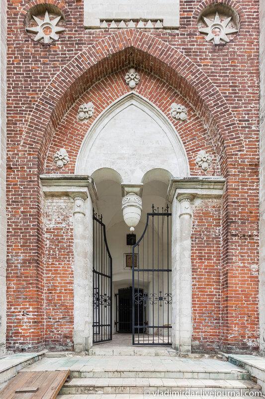 Врата колокольни Храма Преображения в усадьбе Остров