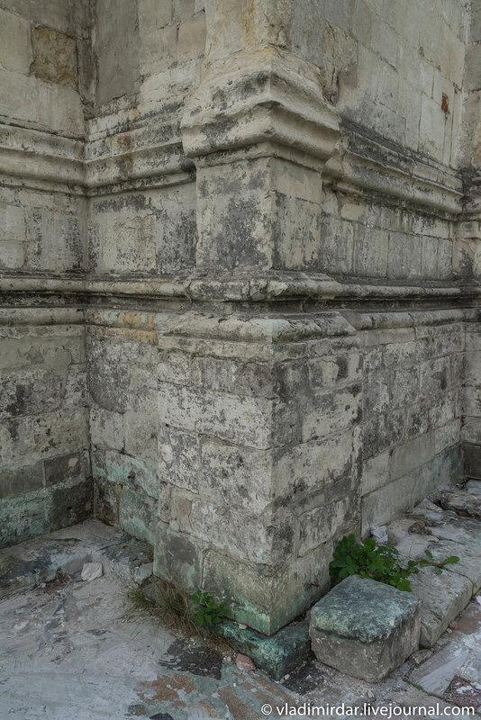 Цоколь южного придела Храма Преображения в усадьбе Остров