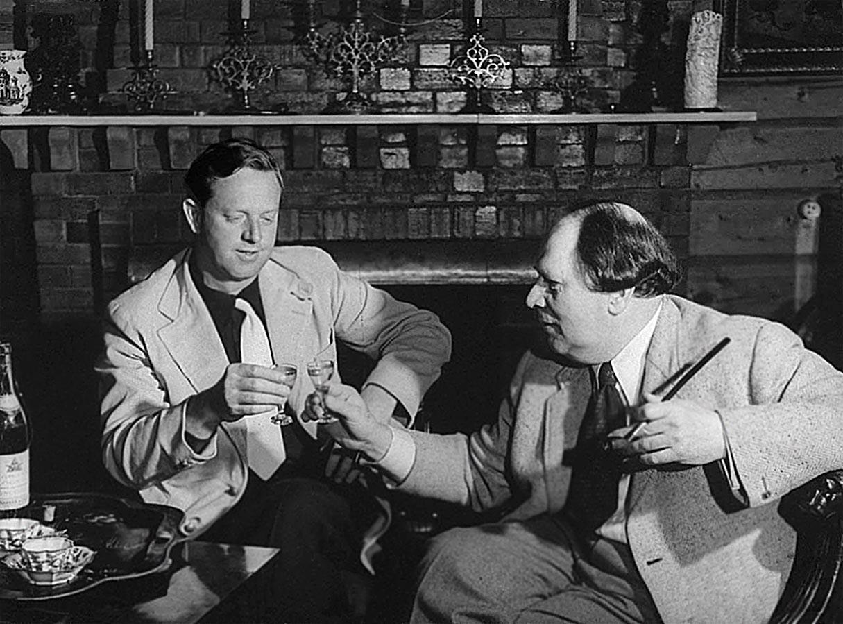 Американский писатель Эрскин Колдуэлл и советский писатель  Алексей Толстой. Поздней осенью 1941-го года на даче Толстого в Барвихе.