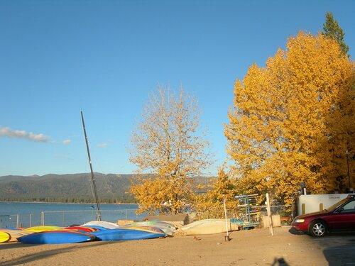 Озеро Тахо. Осень в горах.