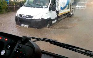 Мощный ливень в Бельцах затопил улицу Каля Ешилор